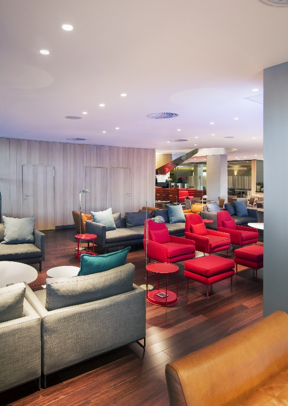 Balance between high energy and relaxation for busy executives in the lounge and nook area.